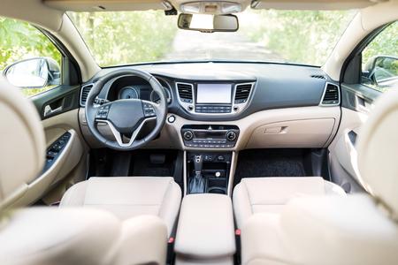 Luxe auto interieur - stuurwiel, schakelhendel en dashboard.