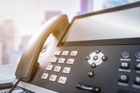 Soporte de comunicación, centro de llamadas y atención al cliente. Uso de un teclado telefónico. Foto de archivo