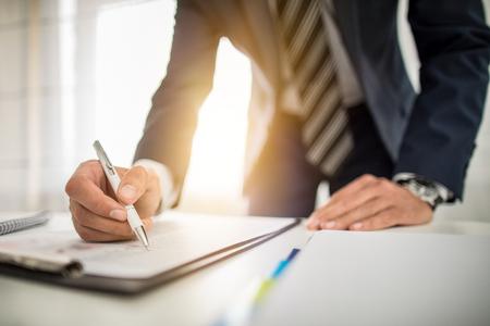 Biznesmen podpisywania dokumentu umowy na biurku, zawierania transakcji. Zdjęcie Seryjne