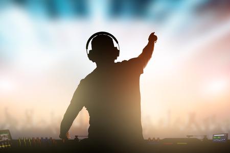 Charismatische schijfjockey. Club, disco DJ die muziek voor menigtemensen speelt en mengt. Stockfoto - 89618745