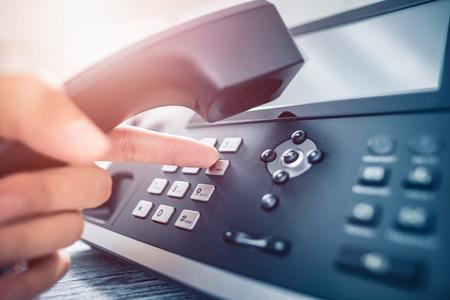 Suporte de comunicação, call center e central de atendimento ao cliente. Usando um teclado de telefone.
