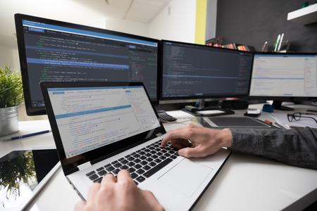 プログラミングおよびコーディング技術の開発ウェブサイトのデザイン。サイバー空間コンセプト。