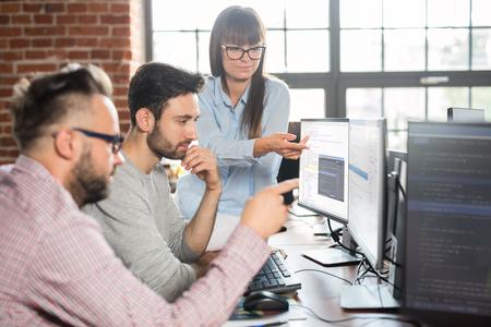 Ontwikkeling van programmerings- en coderingstechnologieën. Website ontwerp. Programmeren die werken in een software ontwikkelen bedrijfskantoor. Stockfoto - 93024162