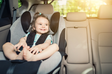 안전 car 좌석에 보안 벨트 고정 beautyful 웃는 아기 소녀