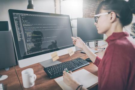 Desenvolvendo tecnologias de programação e codificação. Design do site. Programador que trabalha em um desenvolvimento de software escritório da empresa.