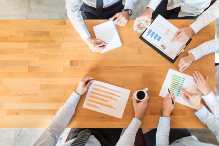 財務ドキュメントの分析やスタートアップ プロジェクトへの取り組みチームワークとミーティングのコンセプト。