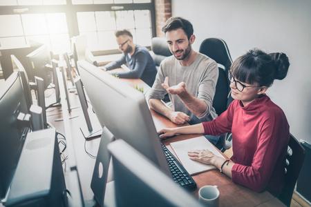 Desarrollo de tecnologías de programación y codificación. Diseño de páginas web. El programador que trabaja en un software desarrolla la oficina de la compañía.