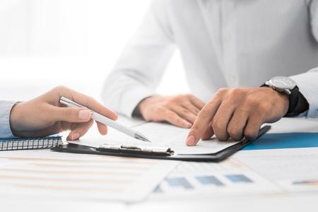 Uomini d'affari che negoziano un contratto. Mani umane che lavorano con i documenti allo scrittorio e che firmano contratto. Archivio Fotografico - 93549225