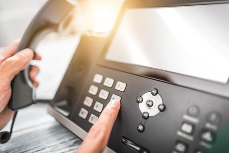 Communicatieondersteuning, callcenter en klantenservice helpdesk. Een telefoontoetsenbord gebruiken. Stockfoto