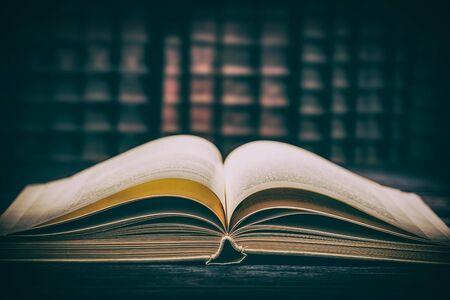 本のオープン古い知恵の机は、宗教羊皮紙文学テーブルフィクション辞書の歴史を読む歴史的な木製の学校の概念を使用 - ストック画像