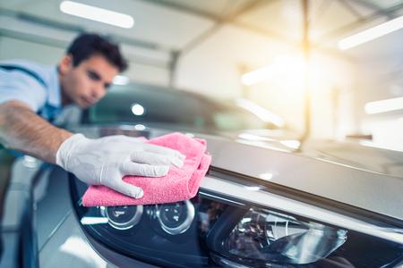 Auto Detaillierung - Der Mann hält die Mikrofaser in der Hand und poliert das Auto . Selektiver Fokus Standard-Bild - 96099761