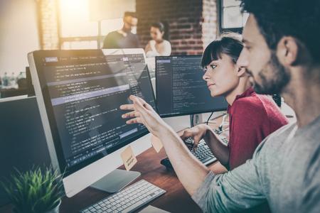Rozwijanie technologii programowania i kodowania. Projekt strony internetowej. Programista pracujący w biurze firmy zajmującej się tworzeniem oprogramowania.