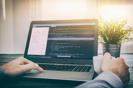 コーディングコードプログラムプログラミング開発者は、Web開発コーダ作業設計ソフトウェアクローズアップデスク書ワークステーションキーパス