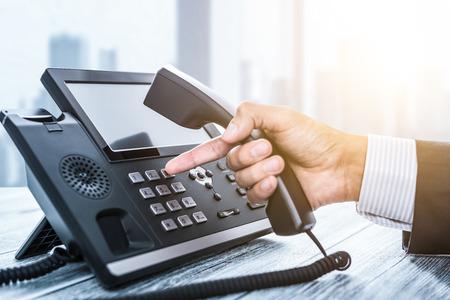 Soporte de comunicación, centro de llamadas y mesa de ayuda de servicio al cliente. Usando un teclado telefónico.