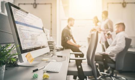 Desarrollo de tecnologías de programación y codificación. Diseño de páginas web. Programador trabajando en una oficina de desarrollo de software.