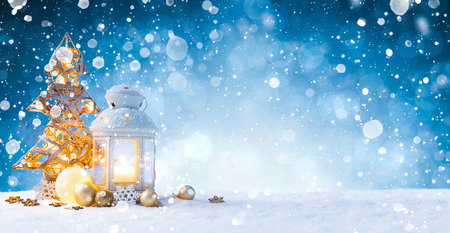 Christmas Card: snowy lantern and candlelight with fir branches and baubles. Standard-Bild - 113209339