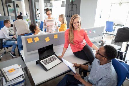 Squadra al lavoro. Gruppo di giovani uomini d'affari che lavorano insieme in un ufficio moderno e creativo.
