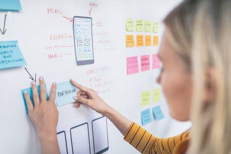 Designer, die die Entwicklung von Website-UX-Apps zeichnen. User-Experience-Konzept.