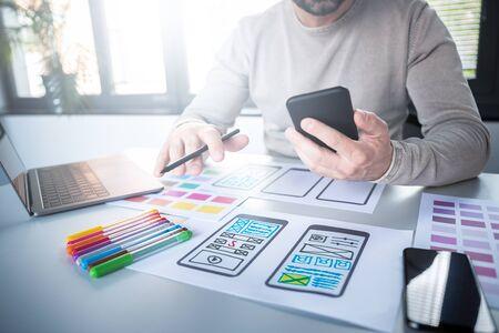 Diseñadores hombre dibujo web ux desarrollo de aplicaciones Concepto de experiencia del usuario.