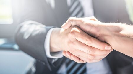 Presentación de agente de seguros y consultas con abogado o agente de seguros. Derecho y seguros.