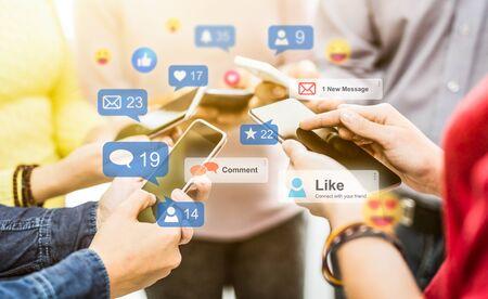 Les jeunes regardent une diffusion en direct. Concept de médias sociaux.