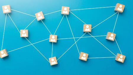 Holzklötze auf blauem Hintergrund miteinander verbunden. Teamwork, Netzwerk und Community-Konzept.