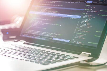 Entwicklung von Programmier- und Codierungstechnologien. Website design. Programmierer, der in einem Softwareentwicklungsbüro arbeitet.