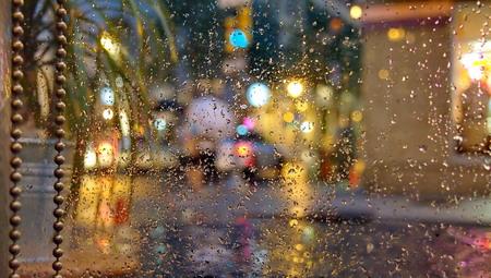Venster met regendruppels
