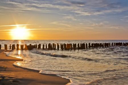 puesta de sol: Hermosa playa de la puesta del sol Foto de archivo