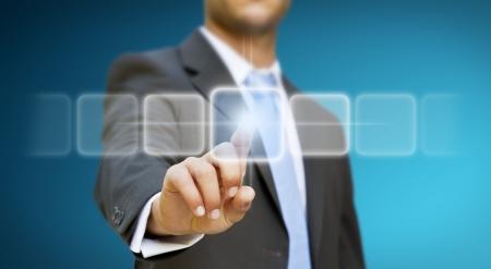 触覚の画面に触れる実業家
