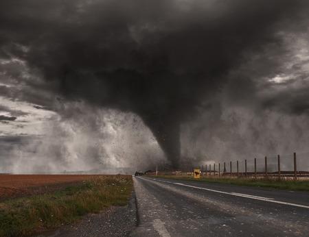 Imagen de un gran tornado destruyendo el paisaje