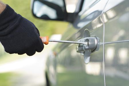 delincuencia: Ladr�n que desgasta la ropa negra y abrigo de cuero que roban un coche