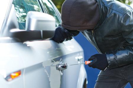 delincuencia: Ladrón que desgasta la ropa negra y chaqueta de cuero que roban un coche