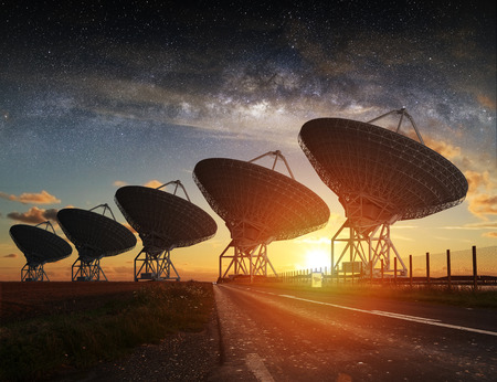 夜には空の天の川電波望遠鏡ビュー 写真素材
