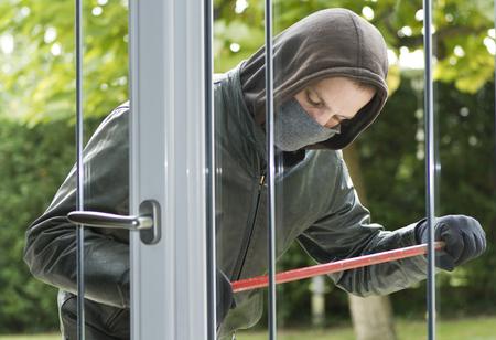 delincuencia: Ladrón llevaba ropa negra y abrigo de cuero de última hora en una casa