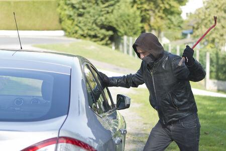 delincuencia: Ladr�n que desgasta la ropa negra y abrigo de cuero robar un coche