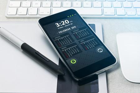 Lugar de trabajo con tablet pc que muestra el calendario en la mesa de trabajo de primer plano Foto de archivo - 36189793