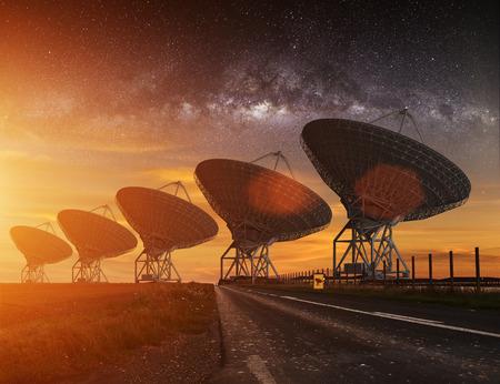 fernrohr: Radioteleskop zu sehen in der Nacht mit Milchstraße am Himmel