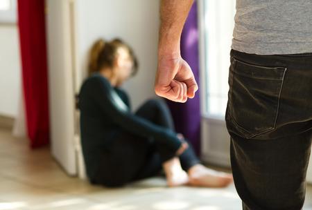 esposas: El hombre golpeando a su esposa que ilustra la violencia doméstica