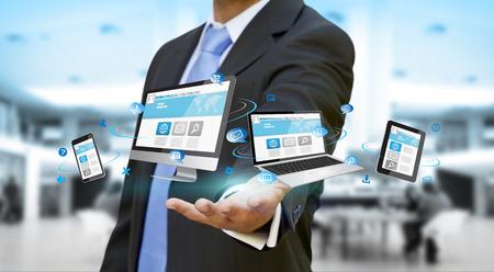 monitor de computadora: Hombre de negocios con teléfono de la computadora y la tableta en la mano Foto de archivo