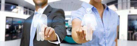 businesspartners: Hombre y mujer que usa la interfaz digital en gran oficina de color azul