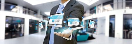 Zakenman met behulp van digitale interface met zijn vingers in zijn kantoor