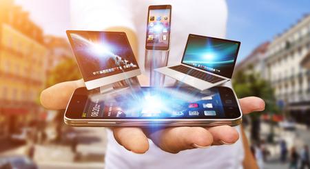 medios de comunicaci�n social: Hombre de negocios con tel�fono de la computadora y la tableta en la mano Foto de archivo
