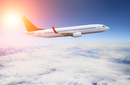 voyage avion: Illustration d'une planète volant dans le ciel bleu au-dessus des nuages