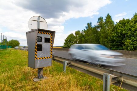 too fast: Automatic radar flashing cars driving too fast