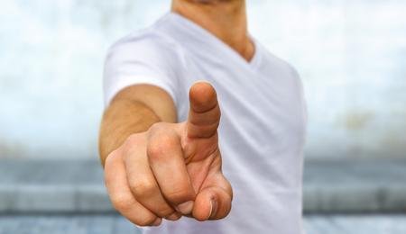 Business man in wit t-shirt wijst zijn vinger