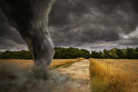 Weergave van een grote tornado vernietiging van het landschap