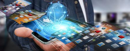 Zakenman met moderne mobiele telefoon in zijn hand schakelen van afbeeldingen