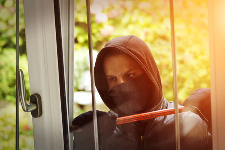 delincuencia: Ladr�n llevaba ropa negra y abrigo de cuero de �ltima hora en una casa