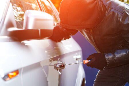 delincuencia: Ladrón que desgasta la ropa negra y abrigo de cuero robar un coche
